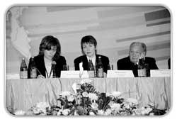 Евгения Ремпель(в центре) среди приглашенных на правительственное совещание экспертов в Красноярске