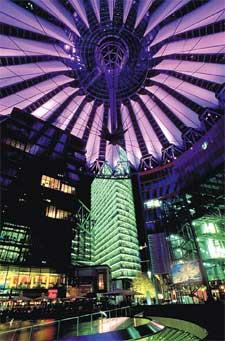 Комплекс центра Сони в вечернем освещении