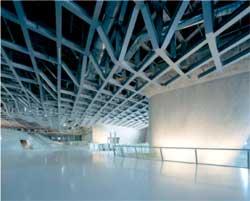 Научный центр «Phaeno» ,Вольфсбург , Германия . Внутренний вид из главных выставочных площадей в передней части экспериментальной станции