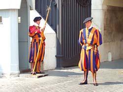 Швейцарские гвардейцы у входа в Ватикан
