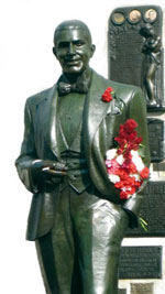 Памятник Карлосу Гарделю.  Буэнос-Айрес, Аргентина