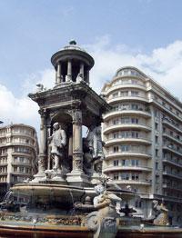 Памятник-фонтан  ''Лион- прославившим его''  на площади Якобинцев