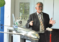 Технический директор аэродинамического туннеля Дитер Шимански рассказывает о тестировании изготовленной из специальной стали модели 'Аэробус - А310' (масштаб 1:30, размах крыльев 1,5 метра)
