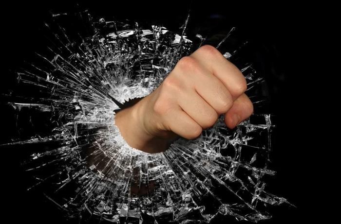 кулак, пробивающий стекло
