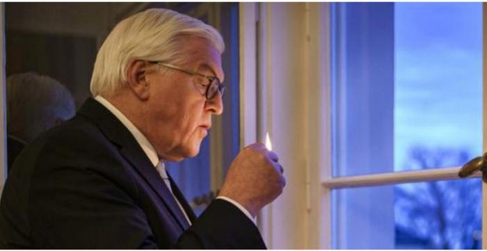 Президент Германии со свечой в руке