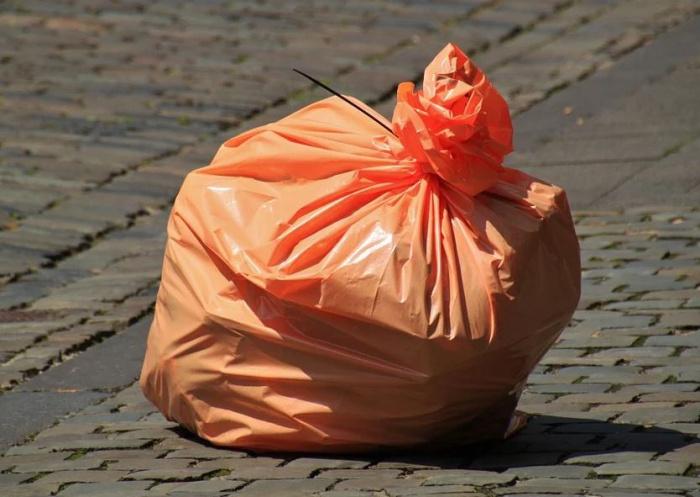 мусорный мешок на дороге