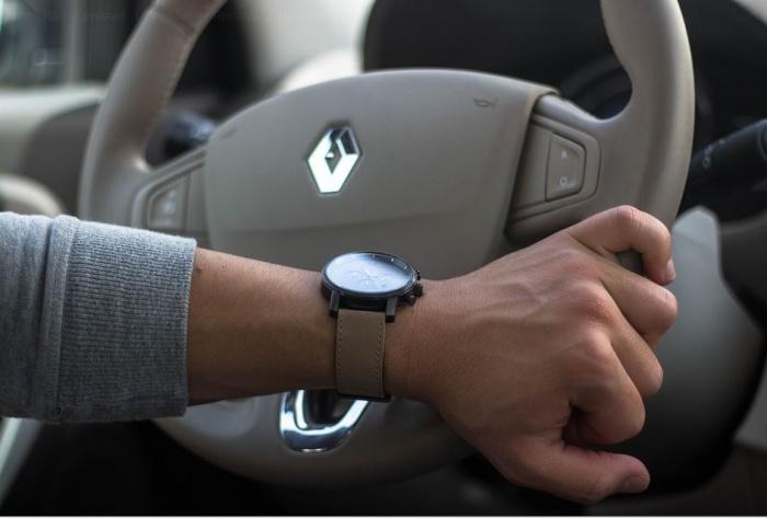 рука водителя с часами