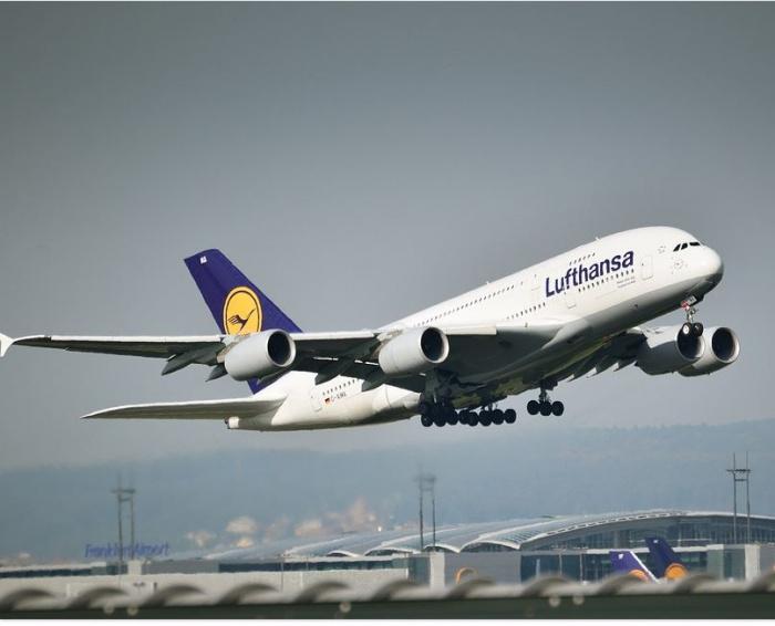 самолёт компании Lufthansa