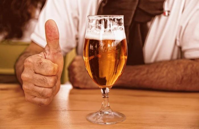 бокал пива на барной стойке