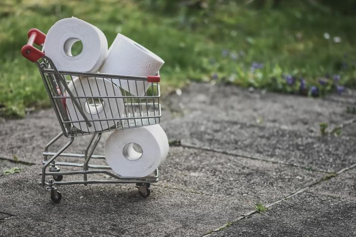магазинная тележка с туалетной бумагой