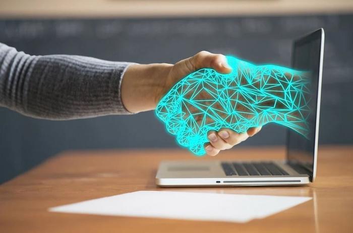 пожатие реальной и виртуальной рук