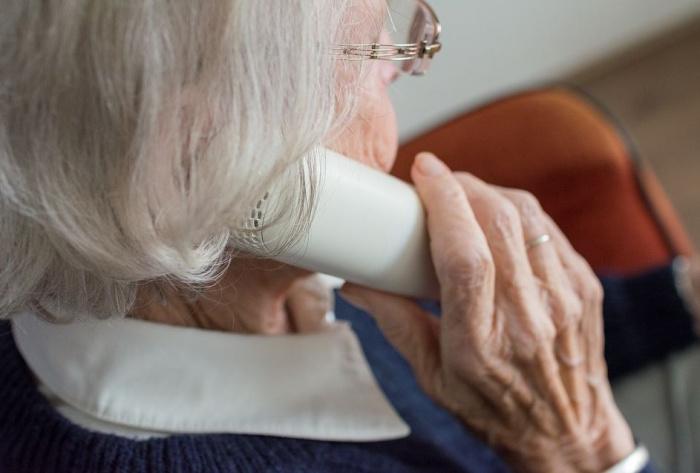 пожилая дама с телефоном