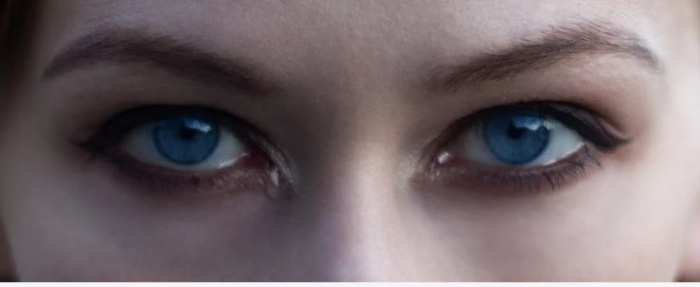 слёзы на глазах девушки