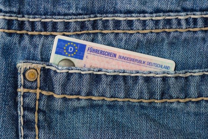 водительское удостоверение в заднгем кармане