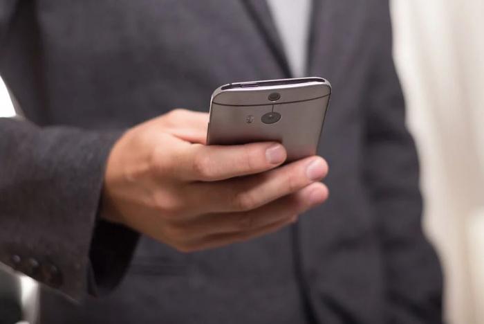 рука со смартфоном