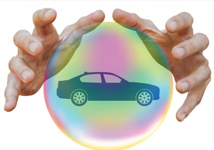 руки над изображением автомобиля