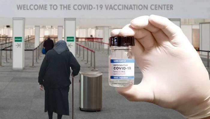 пожилая женщина в центре вакцинации