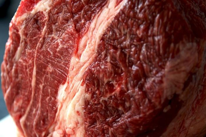 кусок говядины на прилавке