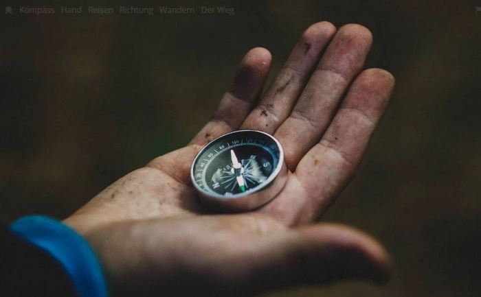 человек держит в руках компас