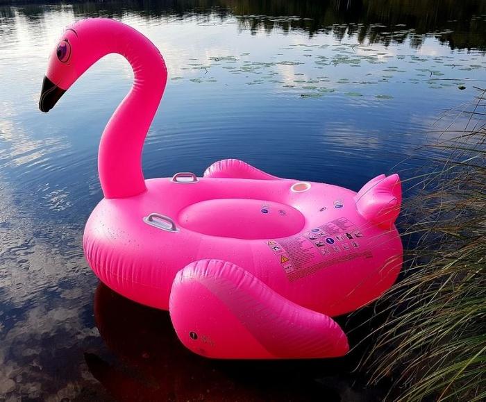 надувной розовый фламинго