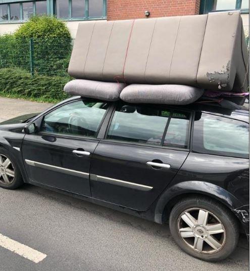 старый диван перевозят на машине