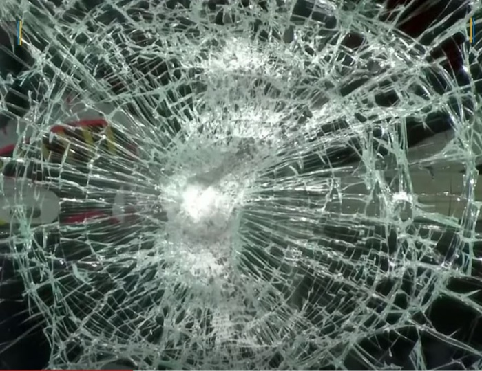 разбитое стекло витрины