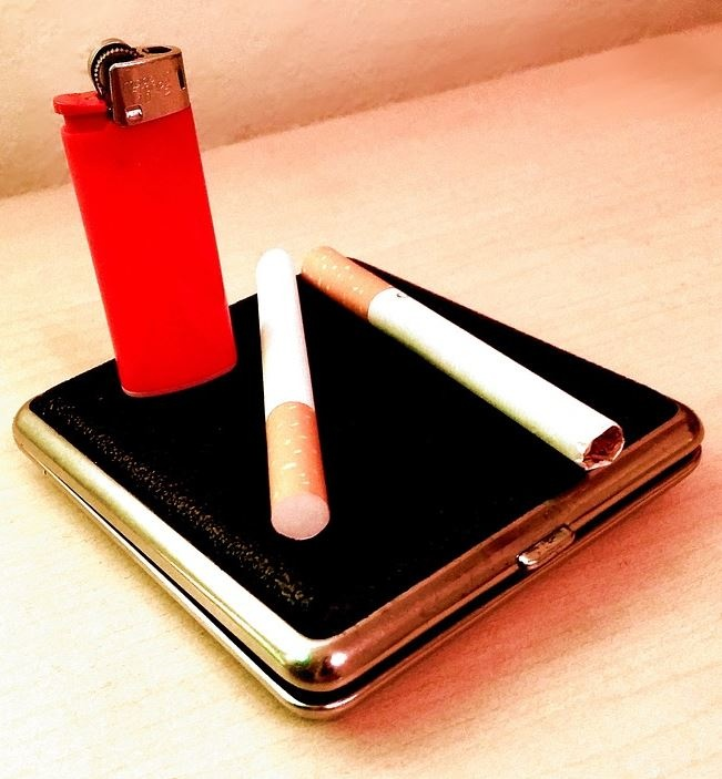 сигареты и зажигалка на столе