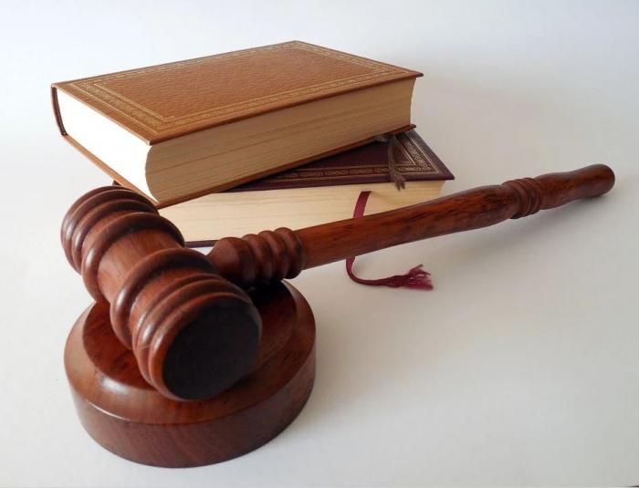 судейский молоток и свод законов