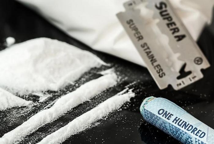 дорожка кокаина на столе