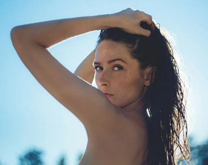 девушка с обнаженными плечами