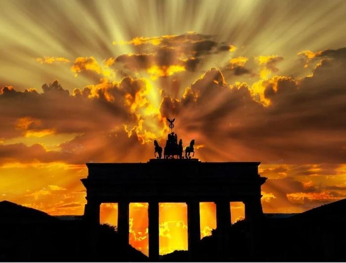 Бранденбургские ворота в лучах заката