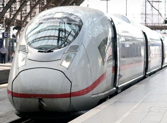 скоростной поезд на вокзале