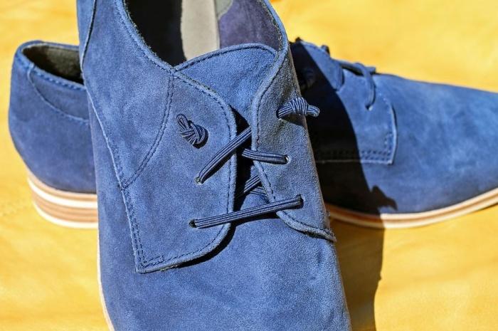 пара обуви синего цвета