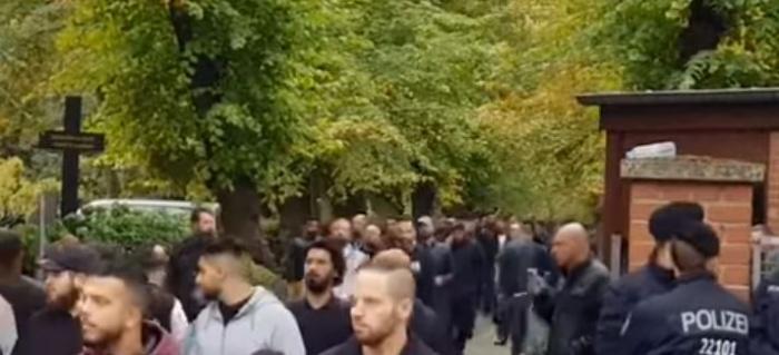 толпа на кладбище