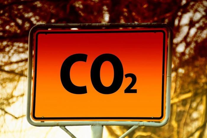 табличка со значком углекислого газа