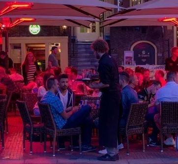 публика в ночном баре