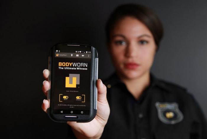женщина-полицейский с видеорегистратором