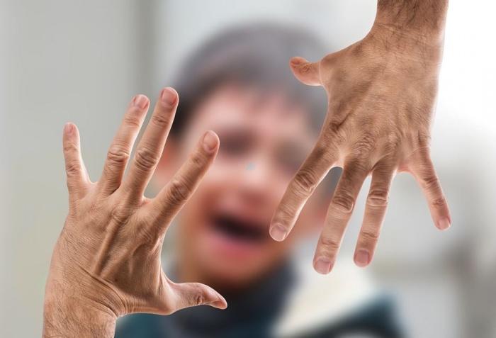 руки, протянутые к ребёнку