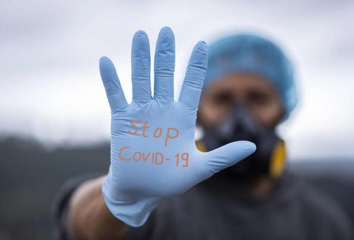 рука в медицинской перчатке
