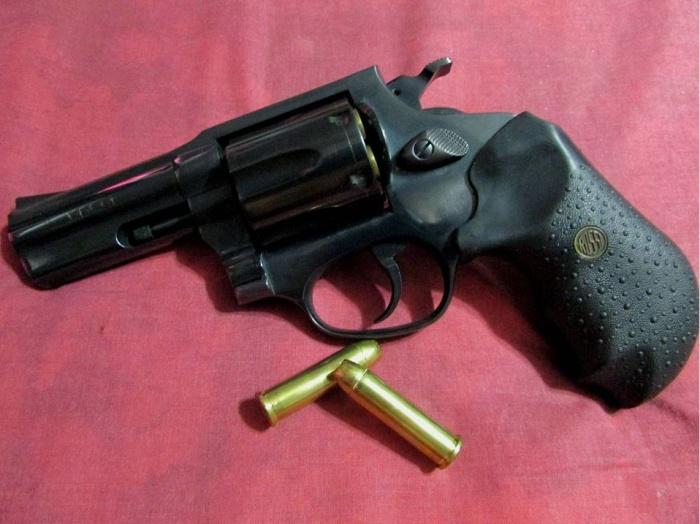 револьвер и патроны