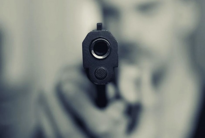 пистолет, направленный на смотрящего