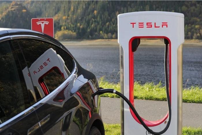Автомобиль Тесла на заправке