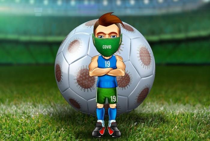 Фигурка футболиста в маске на фоне мяча