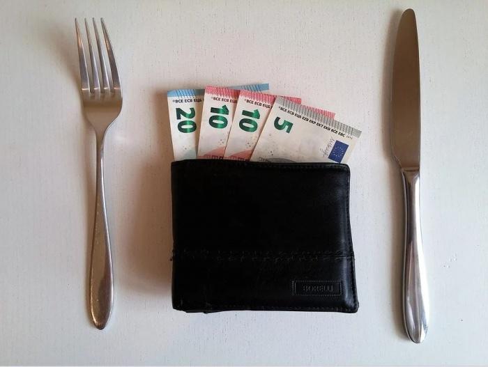 кошелёк с деньгами и столовый прибор