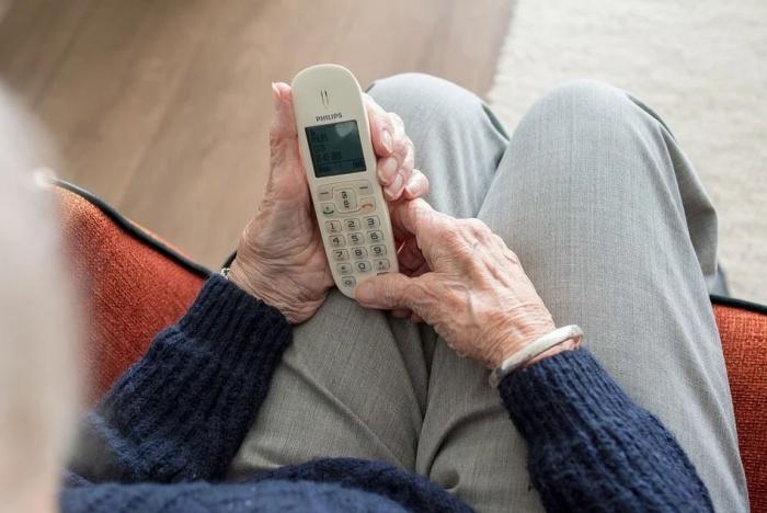 телефон в руках пожилого человека