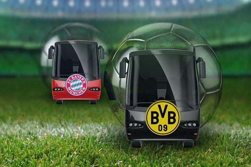 автобусы на фоне мячей