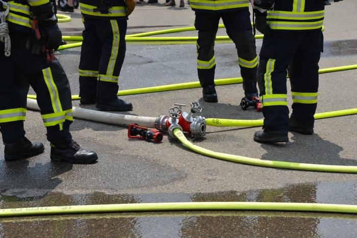 пожарные соединяют шланги