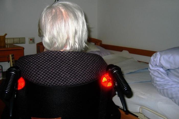 пожилая дама на коляске