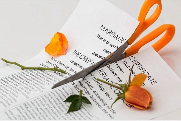 ножницы разрезают лист бумаги и цветок