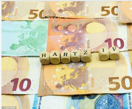 денежные купюры и кубики